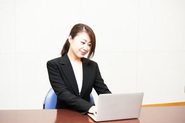 パソコン作業をしている女性社員