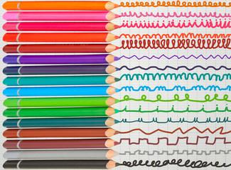 crayons de couleurs sur feuille de cahier