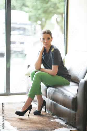junge Frau auf einer Couch