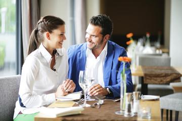 Vater und Tochter im Restaurant
