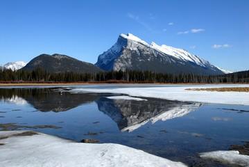 冬のランドル山とバーミリオン湖
