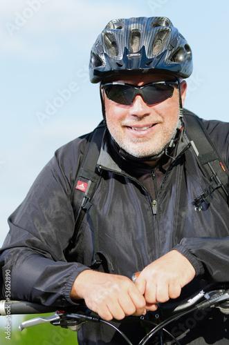 freundlicher mountainbiker