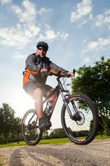 fahrradfahrer in der abendsonne