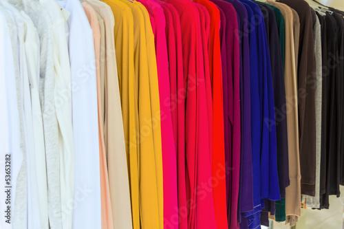 Kleider in einem Modegeschäft