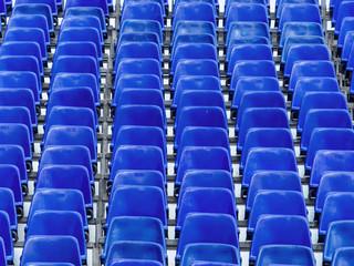 Tribüne mit blauen Stühlen
