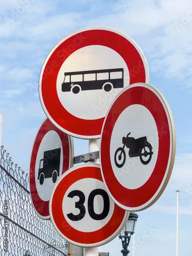 Verschiedene Verkehrsschilder,