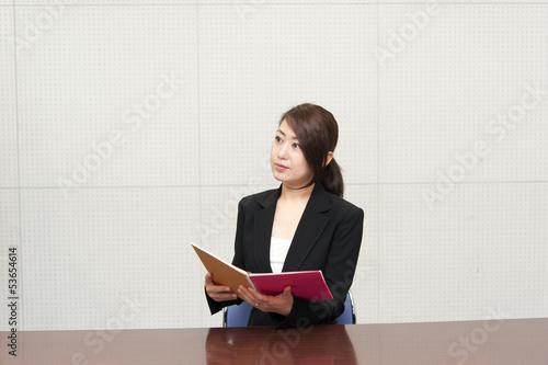 資料を読む女性