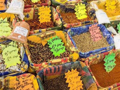 Vielfalt an Gewürzen auf dem Markt