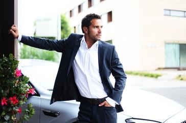 attraktiver Mann mit Auto