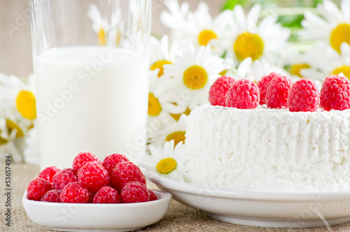 Cottage cheese with raspberries and milk