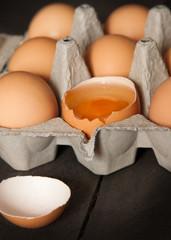 aufgeschlagenes Ei in einer Eierpackung