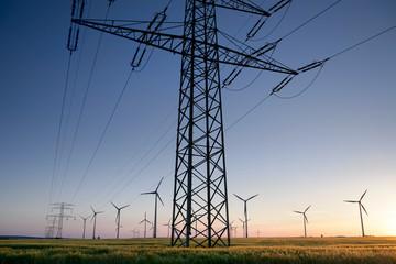 Strommast mit Windrädern