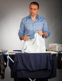 mann beim wäscheaufhängen