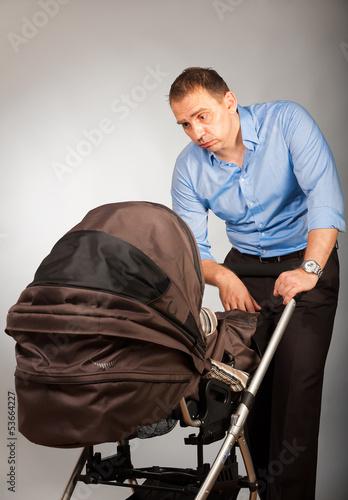 mann mit kinderwagen 2