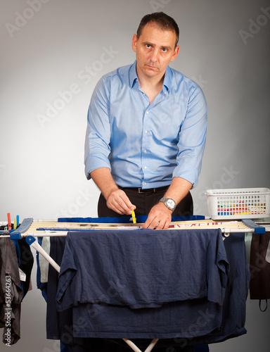 mann beim wäscheaufhängen 2