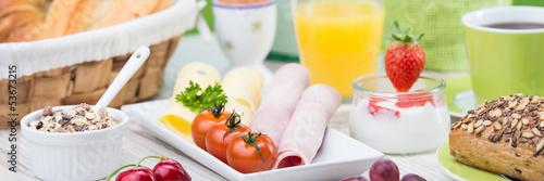 frühstück mit müsli und wurst