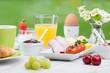 frühstück mit obst und aufschnitt