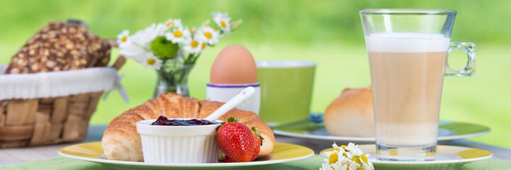 frühstückstisch mit milchkaffee