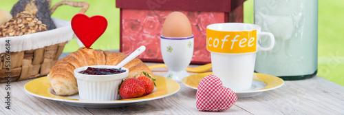 ausschnitt vom frühstückstisch