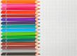 crayons de couleurs sur feuille quadrillée