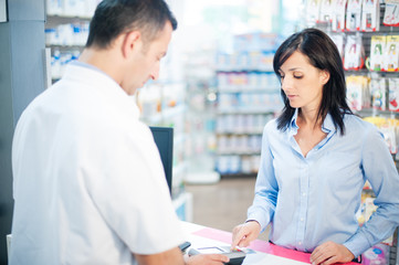 The pharmacist resolves all doubts of his client