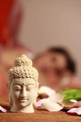 Frau erhält asiatische Massage - asian spa