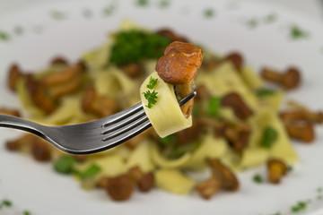 Pasta mit Pfifferling an einer Gabel