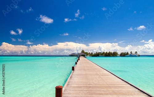 Holzbrücke zum Strand einer einsamen Insel