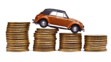 Auto und Geld. Modellauto auf Münzen