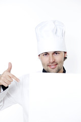 Koch mit weissem Blatt gibt eine Empfehlung