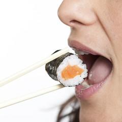 Sushi mit Staebchen essen