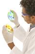 Microbiologiste observant 2 boites de pétri