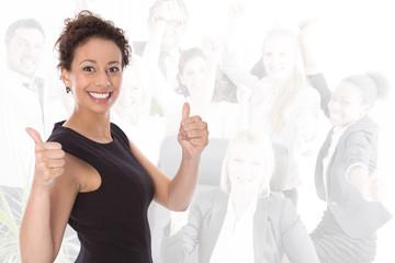Lachende Geschäftsfrau mit Daumen im Team