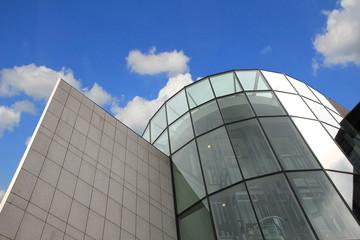 bürogebäude und blauer himmel