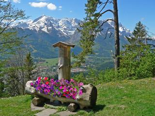 Brunnen mit Blumenschmuck in den Bergen