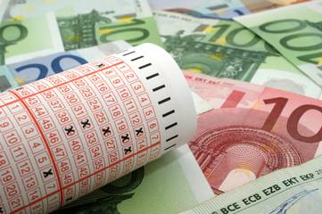 Lottoschein mit Geldscheinen