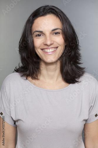Südamerikanische Frau lächelt