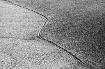 Il solco dell'aratro nella terra