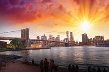 New York City. Vue magnifique coucher de soleil sur le pont de Brooklyn et Manh