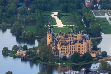 Schweriner Schloß als Luftbild mit Schloßgarten