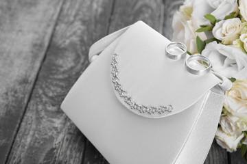 Eheringe, Handtasche und Blumenstrauß zur Hochzeit