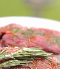 Rohes Grillfleisch mit Rosmarin im Garten