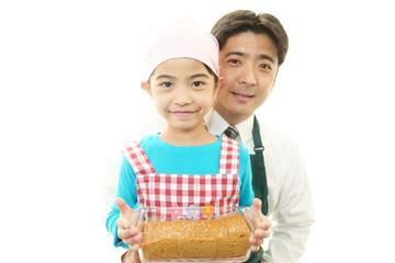 料理を楽しむ親子