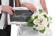 Brautpaar isoliert mit einem Schild in der Hand