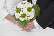 Hände Braut und Bräutigam mit Brautstrauß