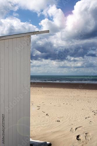 strandhäuschen und fußspuren am strand