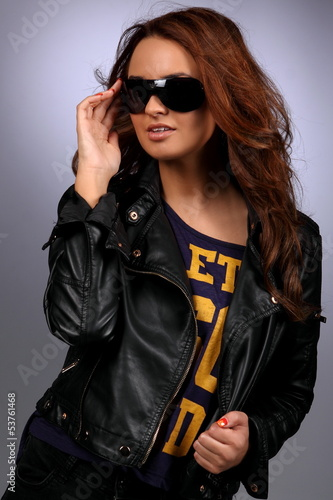 Glamour foto of a young woman wearing sun glasses