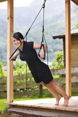 Outdoor trainieren mit Schlingen