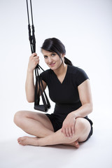 junge Sportlerin hält Schlingen Trainingsgerät