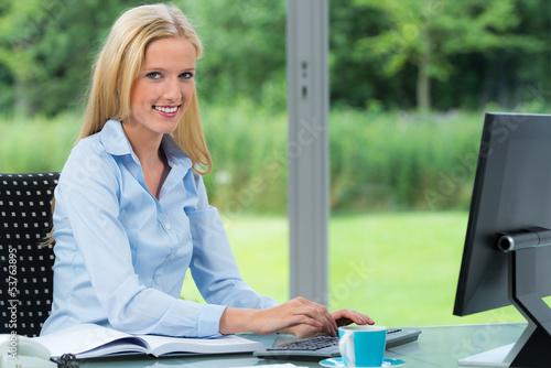 businessfrau sitzt am computer